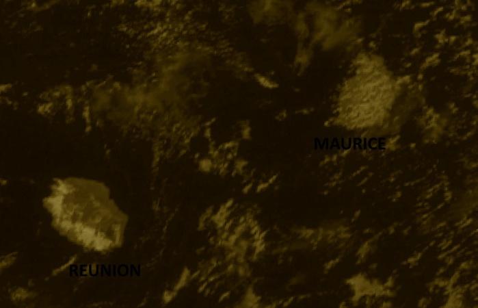 Réunion et Maurice vues par le satellite indien Insat3d à midi ce jour.