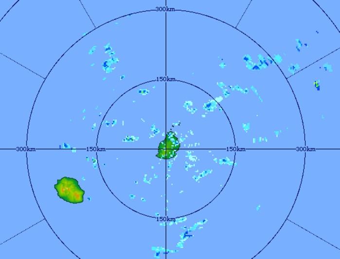 06h21: image du radar de Trou aux Cerfs centrée sur les îles soeurs. Temps pluvieux à Maurice. La Réunion à l'écart jusqu'à présent.
