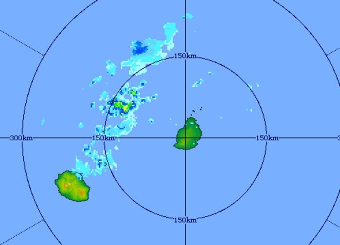 Image du radar de Trou Aux Cerfs centrée sur les Iles Soeurs. Les nuages actifs sont bien repérés sur une ligne au nord-est de la Réunion au large des côtes ouest mauriciennes.