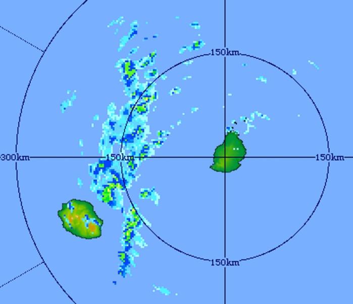 13h11: image du radar de Trou Aux Cerfs. Ligne orageuse au nord-est de la Réunion. Risque orageux sur l'île également cet après midi. Crédit image MMS.