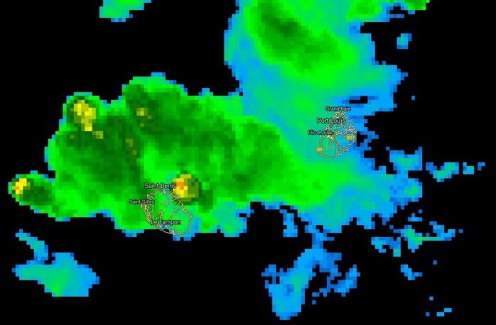 20h: cellule pluvio-orageuse intense bien capturée au nord nord-est immédiat de la Réunion.