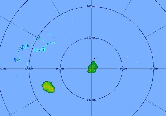 Image du radar de Trou aux Cerfs à 06h51 centrée sur les iles Soeurs: l'activité a migré vers l'ouest nord ouest avec quelques résidus au nord-ouest de la Réunion. Crédit image: MMS