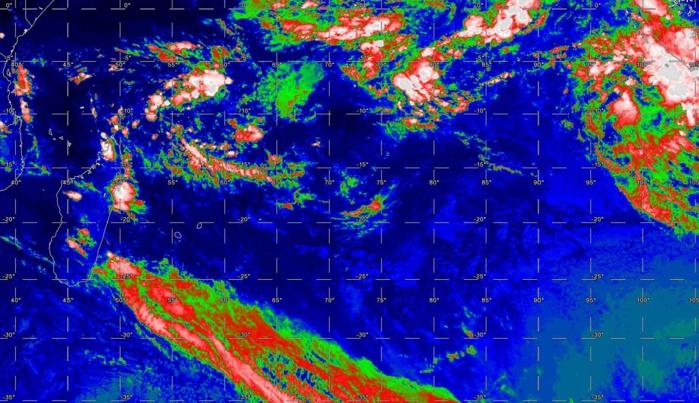 21h: plan large sur le Sud Indien. Système frontal au sud des Mascareignes. Nuages actifs dans la région de Tamatave. La zone de convergence est active avec une zone d'activité au nord-est des îles Agaléga, une autre à l'est des Chagos et une autre proche des îles indonésiennes.