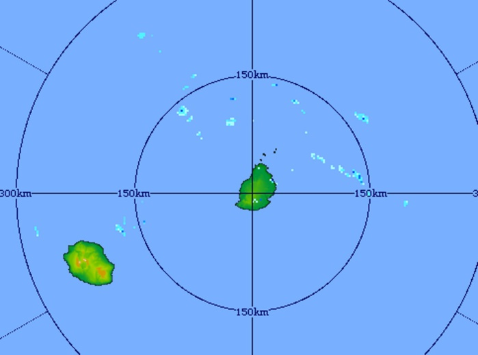 Image du radar de Trou Aux Cerfs à 09h45 centrée sur les Iles Soeurs: quelques averses isolées sur la zone en mer mais les conditions pourraient devenir graduellement plus humides en fin de journée et la nuit prochaine avec l'arrivée de nuages par l'est.