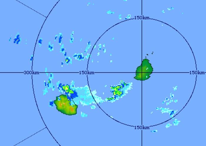 19h11. Image du radar de Trou Aux Cerfs montrant des bandes pluvio-orageuses actives à proximité immédiate des côtes nord-est de la Réunion et au large du sud-ouest de Maurice. Crédit image MMS