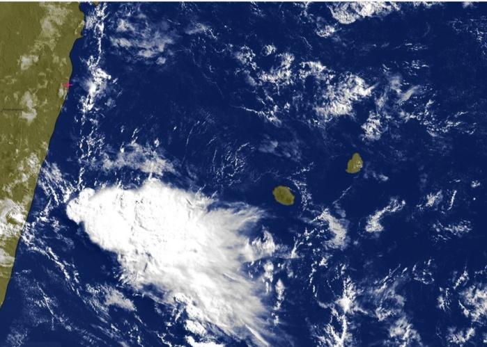 08h30: la zone pluvio-orageuse assez active se trouve à l'ouest de la REUNION et se rapproche progressivement.