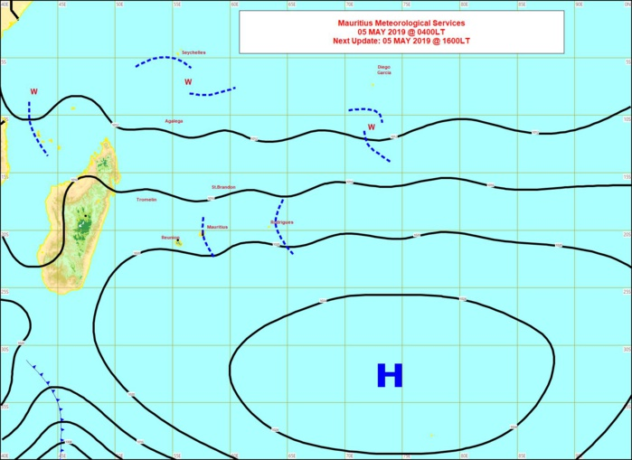 L'anticylone est à présent loin au sud-est des Mascareignes. Les vents faiblissent temporairement sur la REUNION et MAURICE mais restent plus vigoureux sur la région de RODRIGUES.  Carte de MMS.