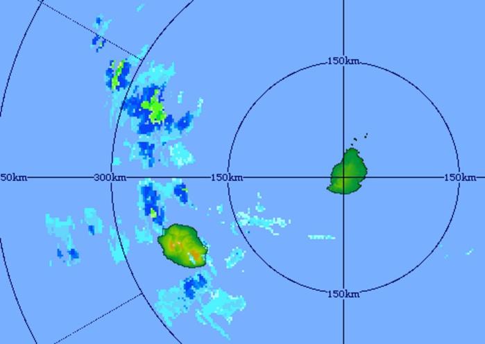 08h01: image radar(Trou Aux cerfs) qui montre les nuages pluvio-orageux au nord-ouest de la REUNION. Crédit image: MMS