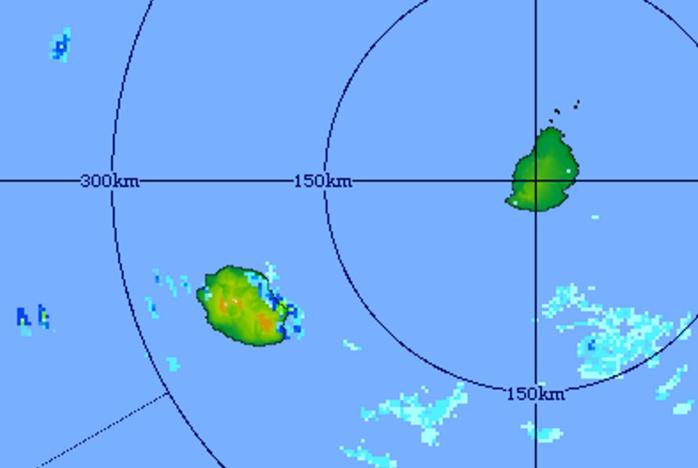 15h21: image radar(Trou Aux Cerfs) centrée sur les Iles Soeurs. Des averses soutenues touchent la région de Sainte Rose. Crédit image MMS.