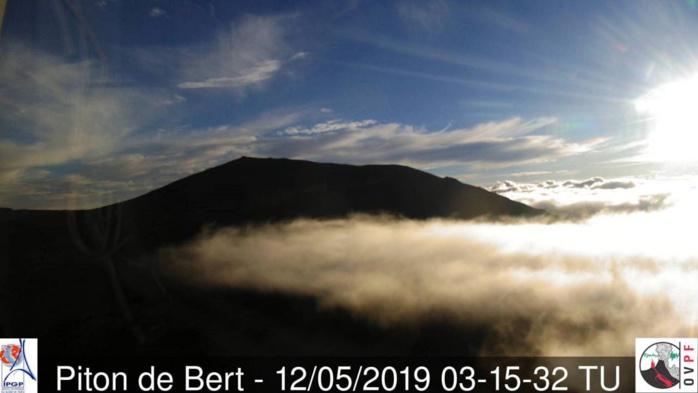 """""""Sa Majesté"""" le volcan de la REUNION: ce matin à 7h15: jeu de nuages et de lumières. Superbe. Crédit image: Meteo Réunion."""