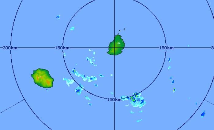 Image radar de Trou Aux Cerfs à 19h31 ce soir. Les averses ont été proches des côtes est de la REUNION cet après midi et se décalent vers le sud-est en passant pour la plupart au sud de MAURICE. D'autres nuages moins actifs arrivent par le nord-ouest de MAURICE ou quelques averses sont possibles la nuit prochaine notamment sur la moitié ouest et sur le plateau central. Crédit image: MMS/Vacoas.
