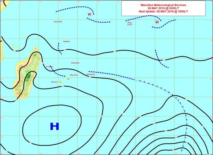 Analyse de la situation en surface ce matin à 4heures. L'assez fort anticyclone se positionne au sud des Mascareignes et fait circuler des alizées modérés à rapides. MMS