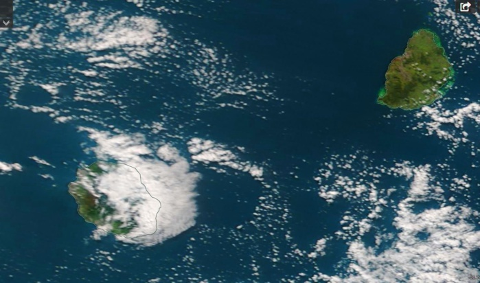 Le satellite Terra a capturé les iles soeurs(Réunion et Maurice) ce matin à 10heures. La Réunion était encore partagée en deux avec un temps d'alizé humide sur la moitié est alors que le soleil réchauffait l'atmosphère sur la moitié ouest. Beau temps à Maurice. Crédit image: NASA US