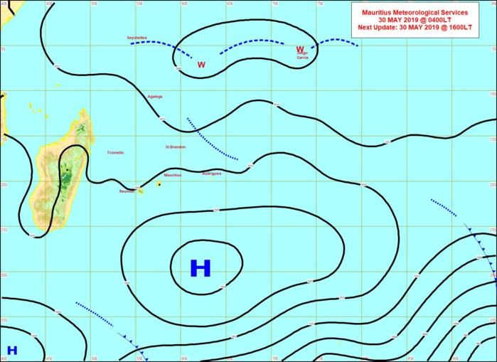 04heures: analyse de la situation en surface. L'anticyclone se décale vers l'est tout en s'affaiblissant. L'alizé s'affaiblira temporairement Vendredi et Samedi sur notre région avec une remontée des températures. MMS