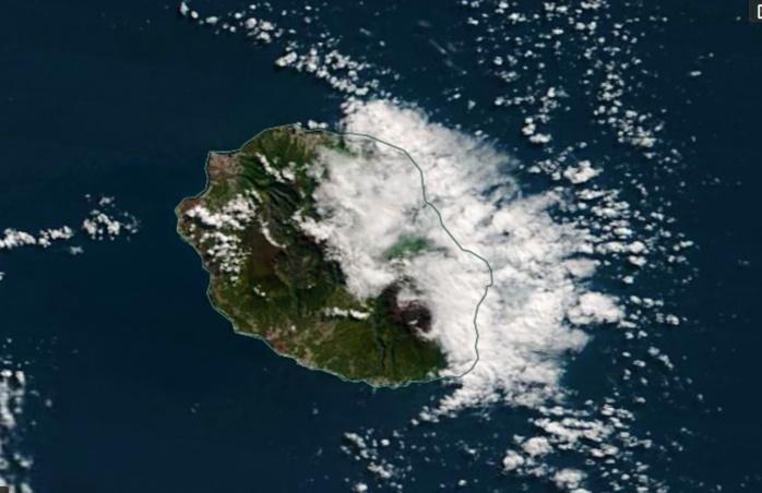 La REUNION capturée par le satellite Terra ce matin à 10h35. Temps classique d'alizé avec un ciel nuageux et localement pluvieux sur l'est alors que le soleil domine largement ailleurs. NASA US
