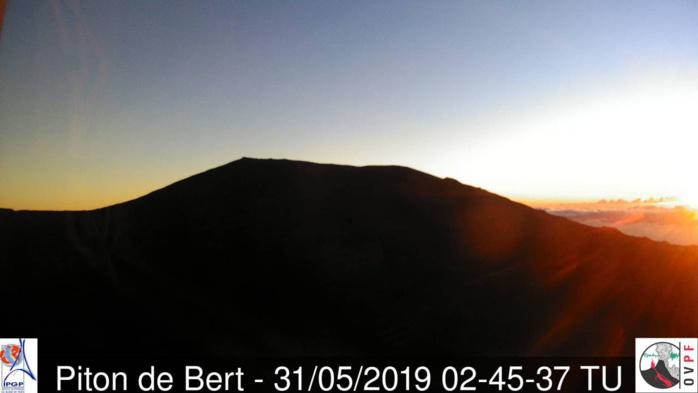 6h45: le soleil magnifie l'incomparable volcan réunionnais. Météo Réunion.