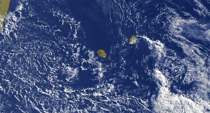 07h45: l'image satellite montre la petite circulation résiduelle à l'ouest de la REUNION avec des nuages peu actifs qui devraient rester en mer. Sur l'est l'instabilité s'éloigne de MAURICE et de RODRIGUES.