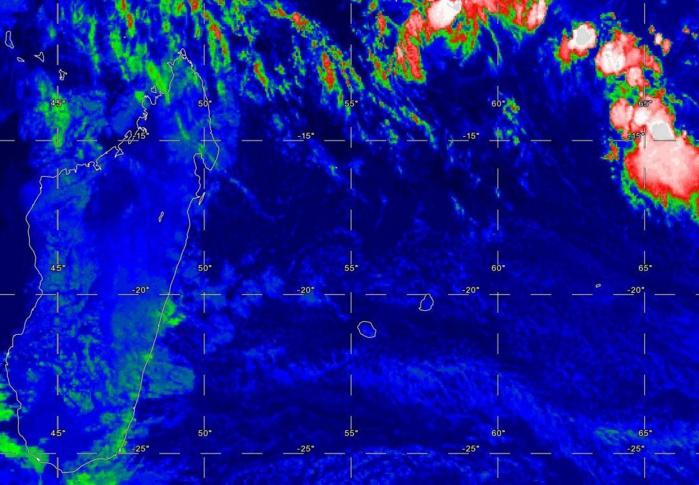 photo satellite de 06heures: des nuages poussés par les alizés vigoureux remontent vers la REUNION et touchent principalement les régions du Sud Sauvage ou ils restent parfois accrochés aux reliefs pouvant donner de bonnes averses.