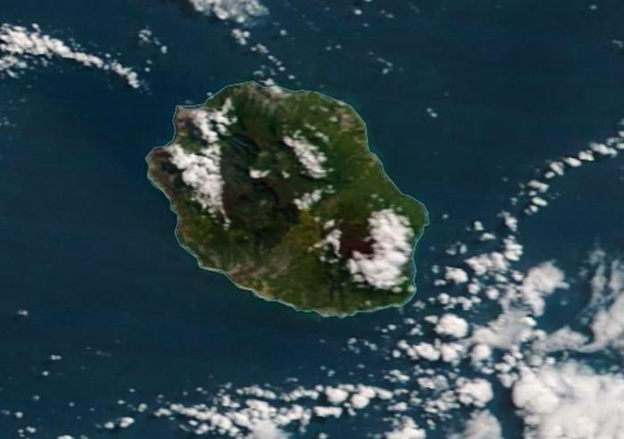 Le satellite Terra a capturé la REUNION à 11heures ce matin. Soleil majoritaire sauf sur les versants est du volcan et les hauts de l'ouest en particulier. L'alizé vigoureux maintient le littoral sous le soleil. NASA US.