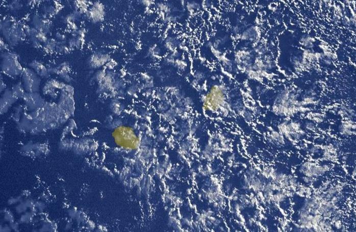 07h15: nombreux nuages d'alizé dans le voisinage des Iles Soeurs. Ils sont assez peu actifs dans l'ensemble.