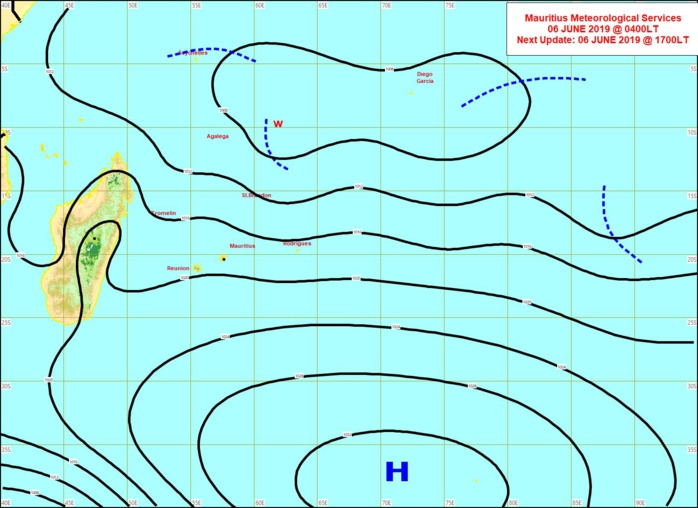 Analyse de la situation en surface à 4heures ce matin. L'anticyclone(H) s'éloigne lentement. Basses pressions relativement actives pour la saison entre Agaléga et les Chagos. MMS