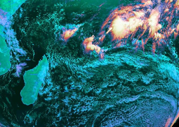 Météosat à 10heures:  temps d'alizé assez soutenu et de saison sur les Mascareignes. Forte activité convective digne d'un mois d'été plus au nord dans la région des Chagos(Diégo Garcia). KOBUS