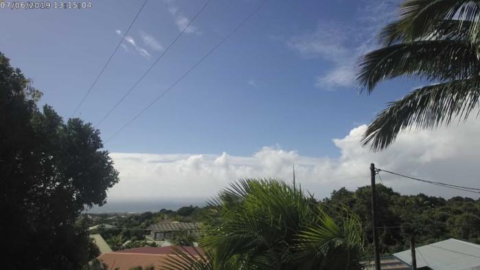 A 13h15 le ciel de Saint Denis offre un résumé des conditions sur l'île aujourd'hui. Entre averses, éclaircies plus ou moins timides et grand soleil. CYCLOTROPIC