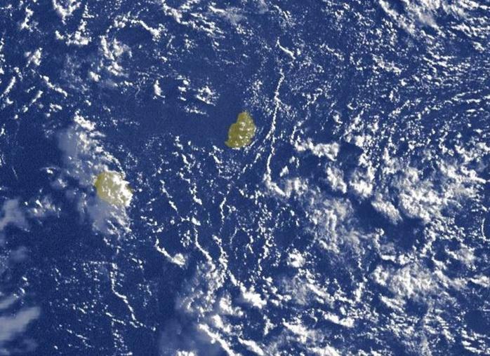 07h15: premières images satellite avec la lumière du jour. Encore de l'humidité potentielle au sud-est des Iles Soeurs.