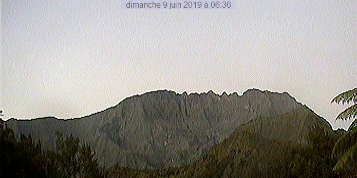 6h36: le Gros Morne majestueux ce matin. METEO REUNION