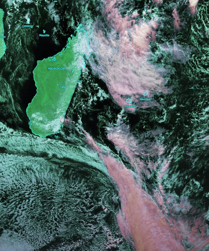 Image satellite de 13heures. La limite nord du système frontal va nous intéresser lundi suivie par de l'air plus frais charrié par l'anticyclone. KOBUS/PH
