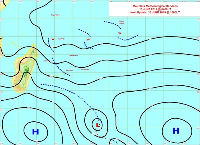 Analyse de la situation de surface tôt ce matin. L'anticyclone(H) se positionne au sud des Mascareignes. Une petite trace frontale le précède et donne un temps humide sur le sud sauvage de la REUNION ce matin. MMS