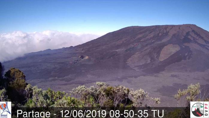 12h50: depuis Piton Partage sous le soleil on aperçoit les nuages accrochés aux pentes Est du volcan en descendant vers la mer. METEO REUNION(MR)