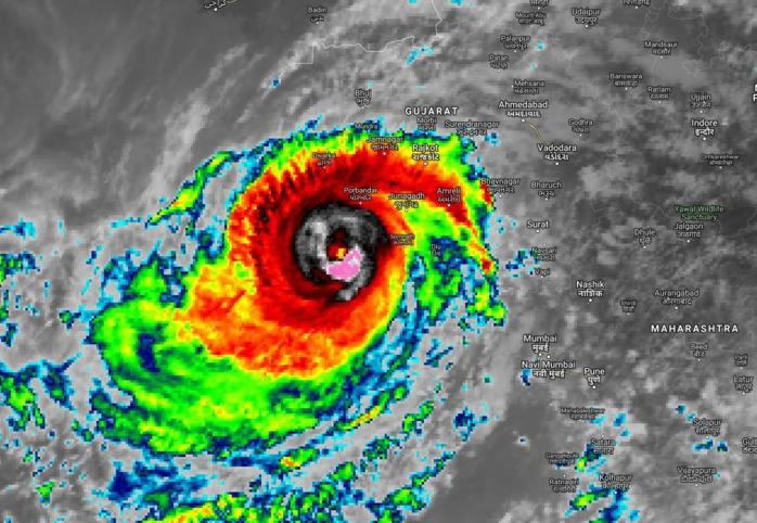 """13heures: le cyclone """"VAYU"""" actuellement estimé avec des rafales de 200km/h près de son oeil continue de montrer des signes d'intensification."""