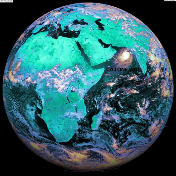 Le disque de Météosat à 13heures. Le cyclone VAYU(02A) situé sur le Nord de l'océan indien sur la Mer d'Arabie. KOBUS/PH