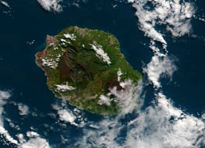 La REUNION capturée par le satellite Terra ce matin à 10h30. NASA/PH