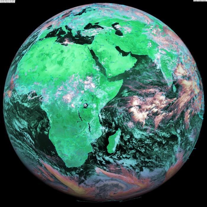Globe Météosat 13heures: conformément à la climatologie les nuages actifs se trouvent proches de l'équateur et remontent vers le nord de l'Océan Indien où la mousson est en retard. Sur notre zone prévalence de nuages d'alizé. KOBUS/PH