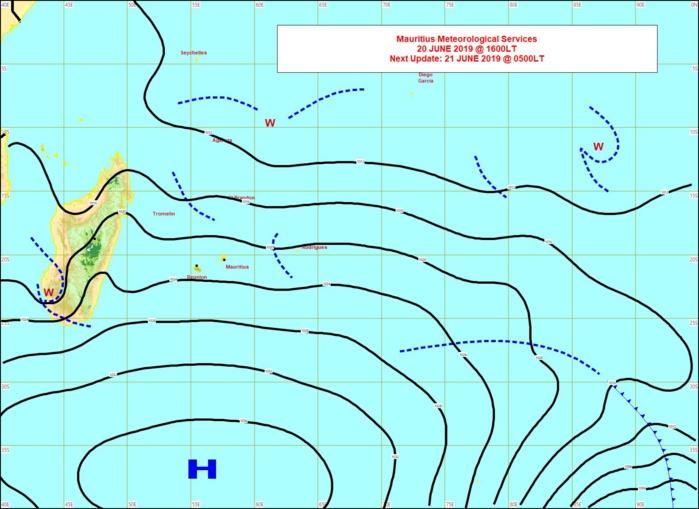 Analyse de la situation de surface cet après midi. L'anticyclone(H) est au sud des Mascareignes. L'alizé soutenu s'oriente davantage au secteur Est. MMS