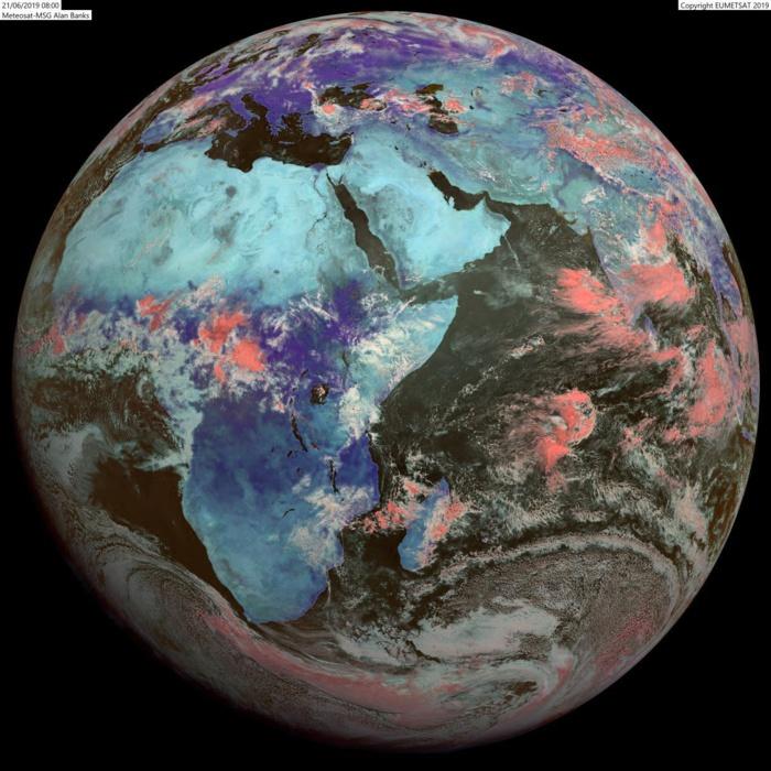 Le disque du satellite Météosat à midi. Grisaille et averses sur la côte Est de la Grande Ile ce qui est habituel en cette saison. En revanche nuages actifs également près des côtes Nord Ouest ce qui est moins habituel en hiver. AB/PH