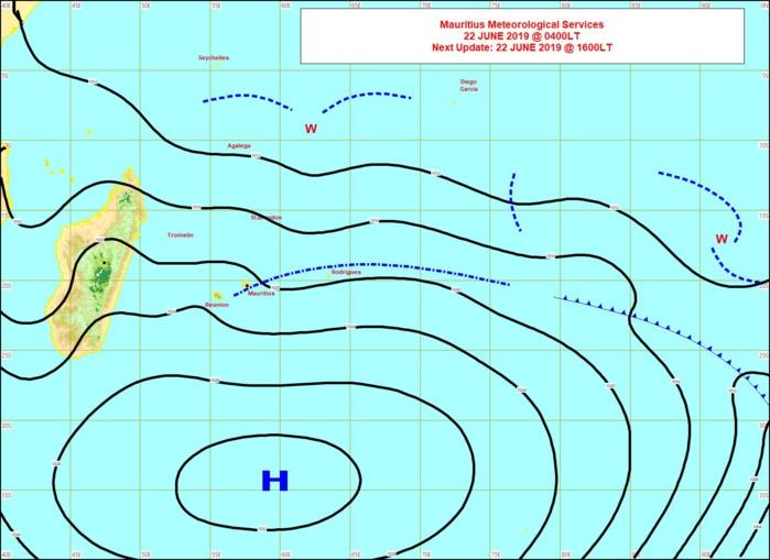 Analyse de la situation de surface ce matin. L'anticyclone(H) dirige toujours un alizé assez soutenu sur notre zone mais il commence à s'affaiblir. MMS