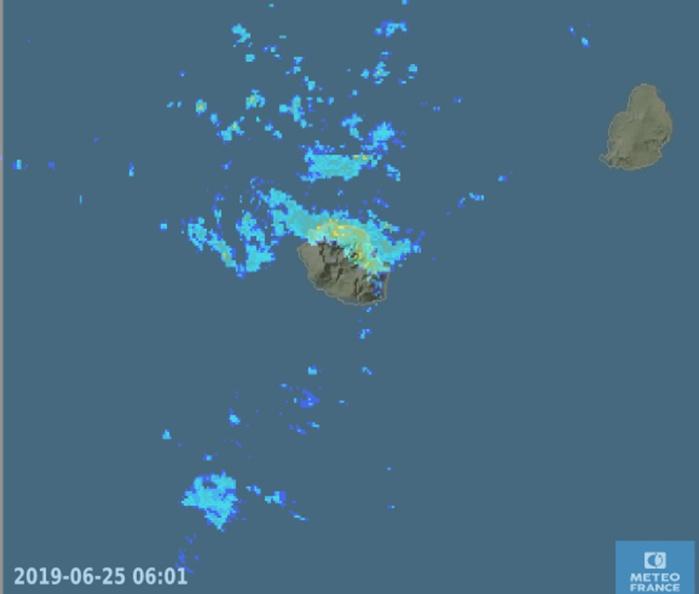 6h01: le radar montre bien que les régions Est et Nord sont touchées par de nombreuses averses localement modérées. METEO FRANCE