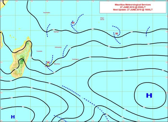 Analyse de la situation de surface ce matin. Toujours un peu d'instabilité(w) entre les Iles Soeurs. L'anticyclone(1038hpa) actuellement au sud de la Grande Ile va venir se positionner au sud des Mascareignes ces deux prochains jours. MMS
