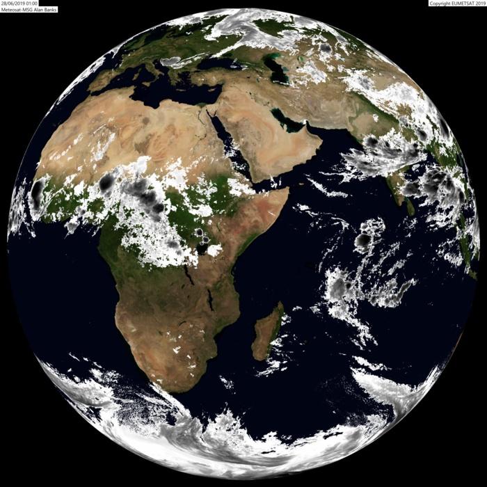 Globe Météosat de 5heures. Parfait contraste avec les jours précédents sur la zone des Iles Soeurs où la masse d'air est nettement plus sèche. A.BANKS