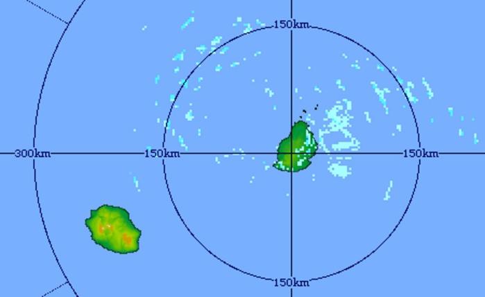 5h51: le radar de Trou Aux Cerfs montre que l'environnement immédiat de la REUNION est plus sec que celui de MAURICE. MMS