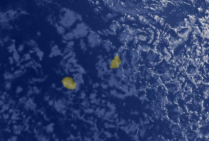 Photo satellite de 7heures: les nuages dans le voisinage de la REUNION sont peu actifs. L'humidité augmente un peu à l'Est de MAURICE.