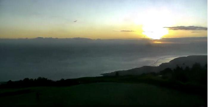 17h46: on admire le coucher du soleil depuis les Colimaçons. METEO REUNION