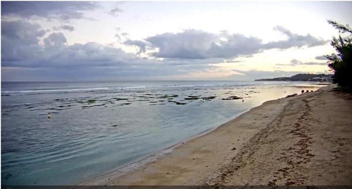 06h16: plage de l'Hermitage avec vue sur les Roches Noires. METEO REUNION
