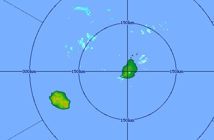 6h31: le radar de Trou Aux Cerfs confirme que les quelques averses sont en marge de la REUNION. MMS