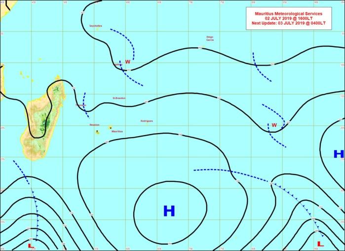 L'anticyclone(H) affaibli se décale vers l'Est. Une dépression extra-tropicale accompagnée de son système frontal apparaît au sud de la Grande Ile. Entre les deux centres d'action le vent ralentit nettement. MMS