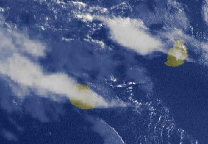 07h15: des bancs de nuages élevés voilent temporairement le ciel réunionnais ce matin.