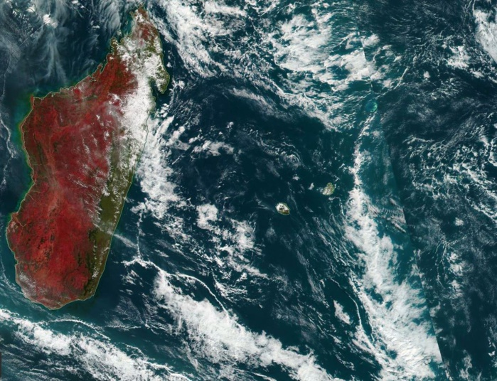14h25: la zone vue par le satellite Npp. La REUNION est dans une zone calme. Une faible ligne d'instabilité se trouve à l'Est de MAURICE. NASA